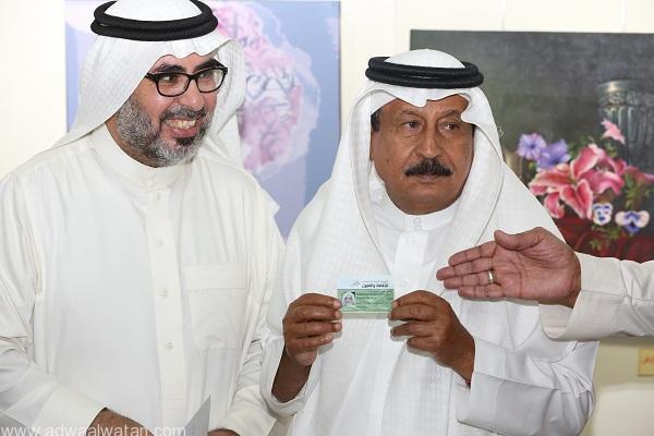 الدكتور عبدالمحسن القحطاني يتسلم  بطاقة عضوية الشرف للأستاذ أحمد باديب من الدكتور عمر الجاسر