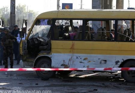 أفراد من قوات الأمن الأفغانية في موقع انفجار في حافلة صغيرة في كابول يوم الاثنين. تصوير: عمر صبحاني - رويترز