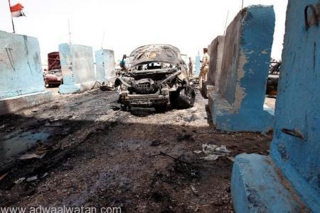 حافلة مدمرة في موقع هجوم انتحاري في الرشيدية يوم الأربعاء. تصوير: خالد الموصلي - رويترز