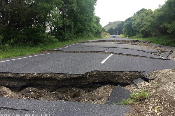 A fractured road caused by an earthquake stops vehicle access 70 kilometers south of Blenheim on New Zealand's South Island, November 14, 2016.  REUTERS/Anthony Phelps     TPX IMAGES OF THE DAY