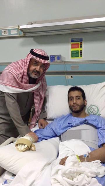 """وكيل وزارة الشؤون الإسلامية يزور الطيار """" الحقباني """" عقب حادث سقوط الطيارة بصعدة"""
