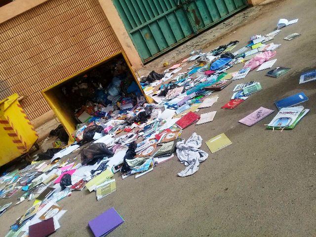 """بالصور.. قائدة مدرسة بالحناكية ترمي كتب الطالبات بـ"""" حاويات الشارع"""""""