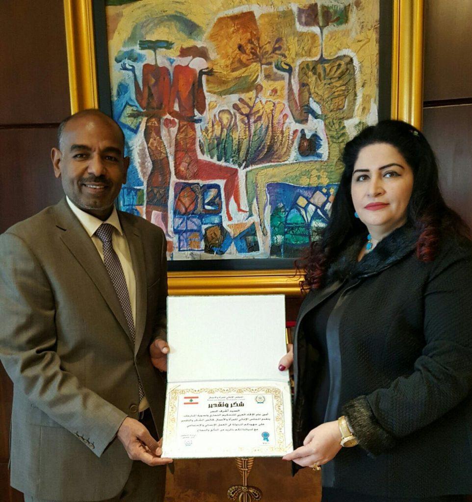 السيدة إيمان غصين تكرم  المستشار الشيخ مشعل مالك عبدالعزيز الصباح