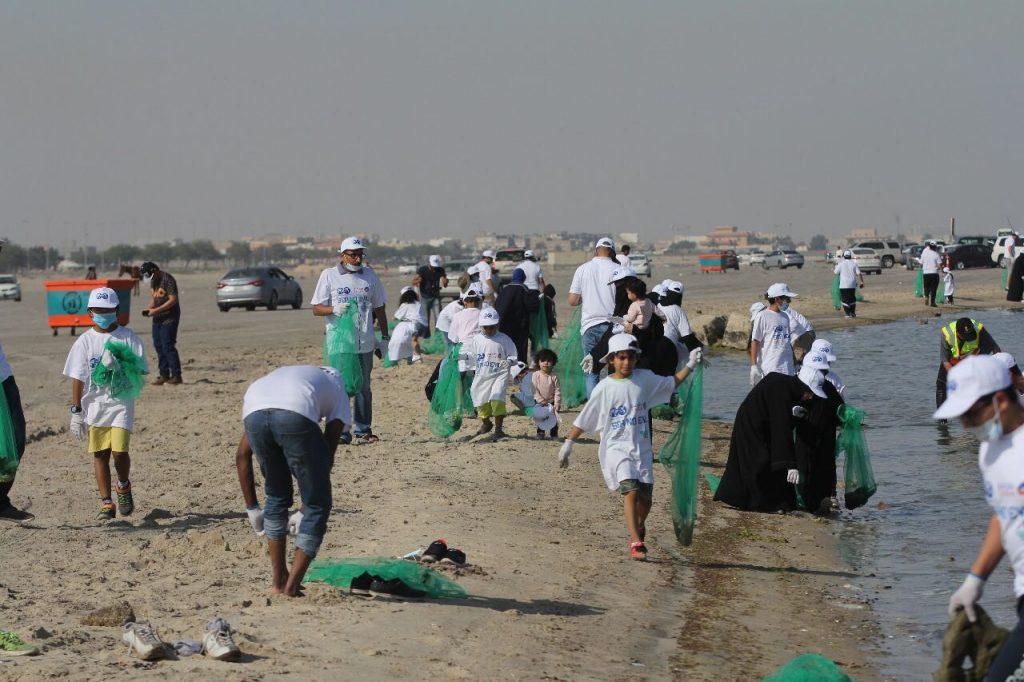 أكثر من 250 متطوع ومتطوعة من جمعية مهندسي البترول يساهمون في نظافة شاطئ العزيزية