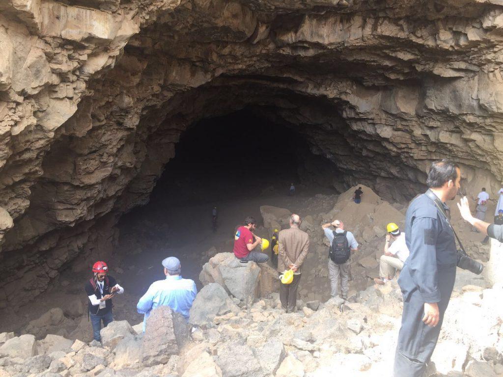 خبراء الجيولوجيا يتفقدون سد البنت وكهف أم جرسان والفوهات البركانية بمنطقة المدينة المنورة