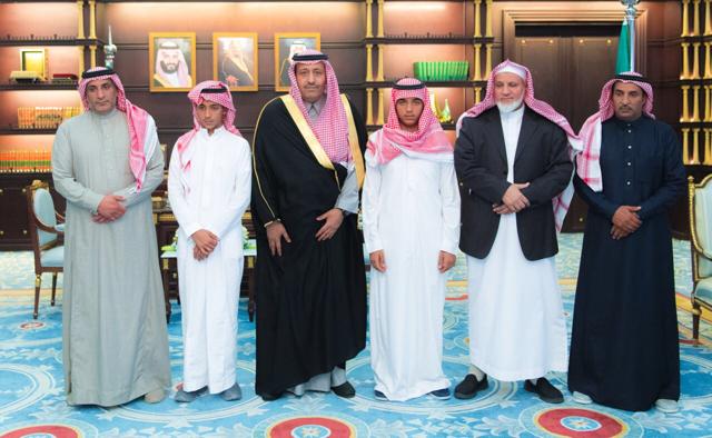 """""""أمير الباحة"""" يستقبل ذوي الشهيد عبدالله الزهراني"""