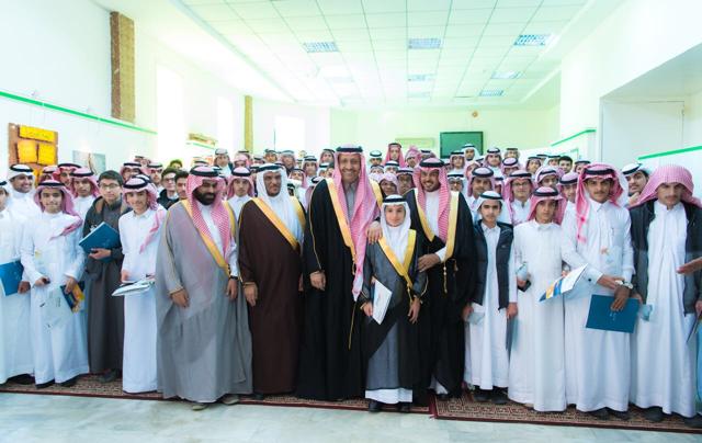 """""""الأمير حسام بن سعود"""" يكرم 131 طالباً متفوقاً بتعليم الباحة"""