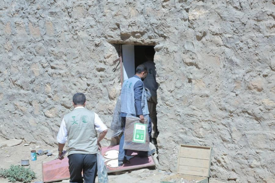 مركز الملك سلمان للإغاثة يوزع مواد إيوائية للنازحين في مديرية نهم ومسورة وقرى وادي الملح في صنعاء