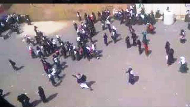 """بالفيديو..حوثيون يقتحمون مدرسة بنات في """"اليمن""""..مطالبين بترديد""""الصرخة الحوثية"""""""