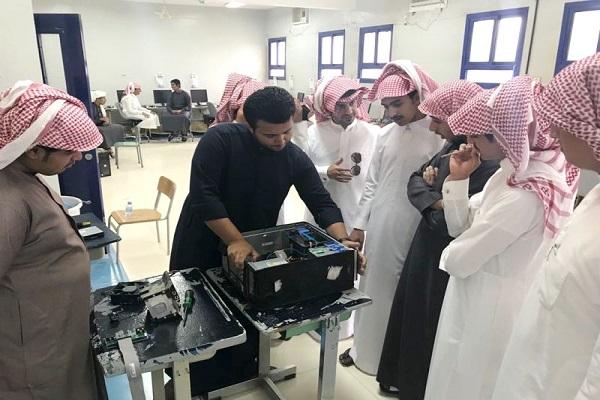 طالب بأحد رفيدة يعيد تأهيل أجهزة الحاسب الآلي بمدرسته