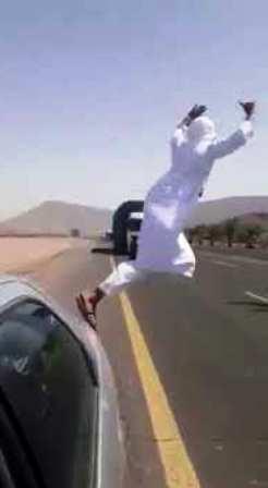 شاهد بالفيديو..شاب يستعرض بالرقص على الطرق السريعة وينجو من حالة دهس