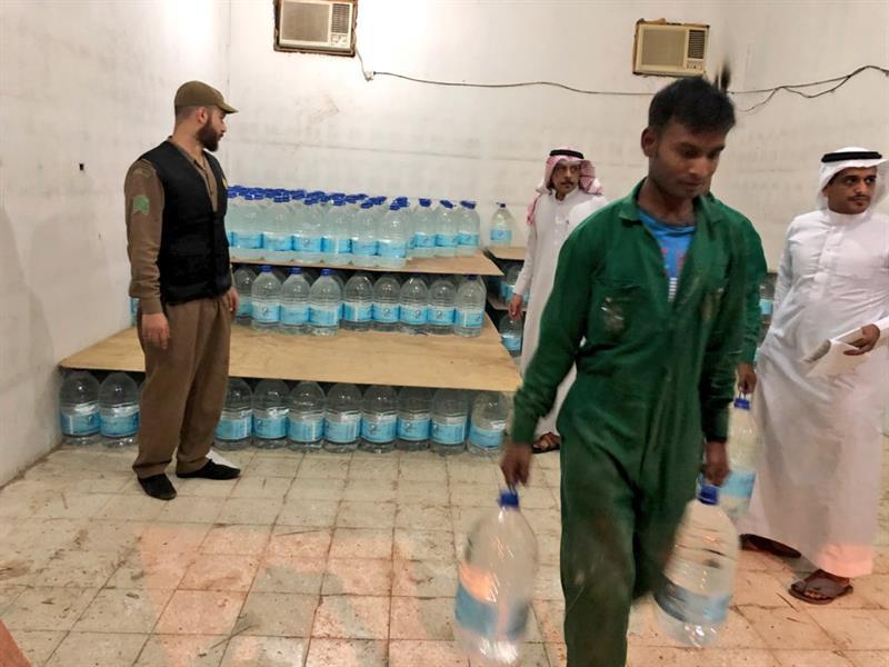 ضبط كميات كبيرة من عبوات لمياه زمزم مخرنة داخل مستودع بالمدينة