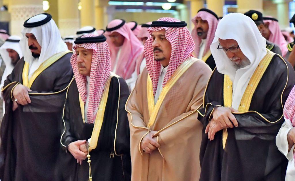 أمير منطقة الرياض يؤدي صلاة الميت على السديري