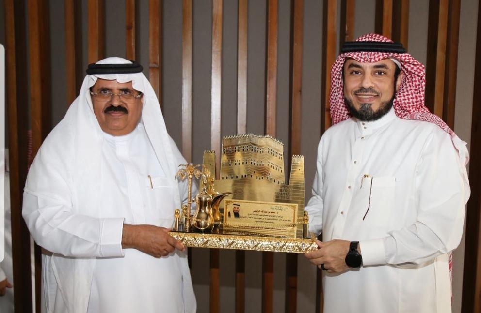 الدكتور الشريف محمد الراجحي يُكرّم من العميد عبدالله الطليلي