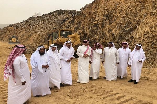 محافظ غامد الزناد يقف على مشاريع إدارة الطرق والنقل