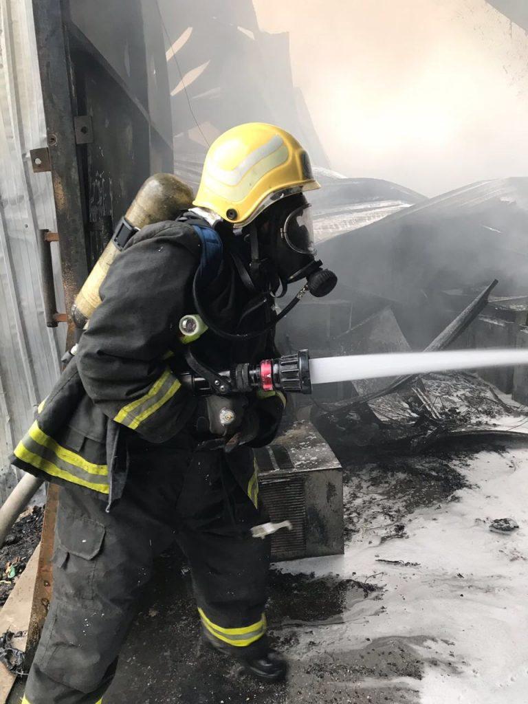 مدني الباحة ينجح في تطويق حريق مستودع أثاث وأجهزة كهربائية