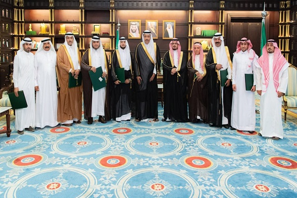 سمو أمير الباحة يكرم رئيس وأعضاء لجنة الاحتفال بعيد الفطر المبارك لهذا العام 