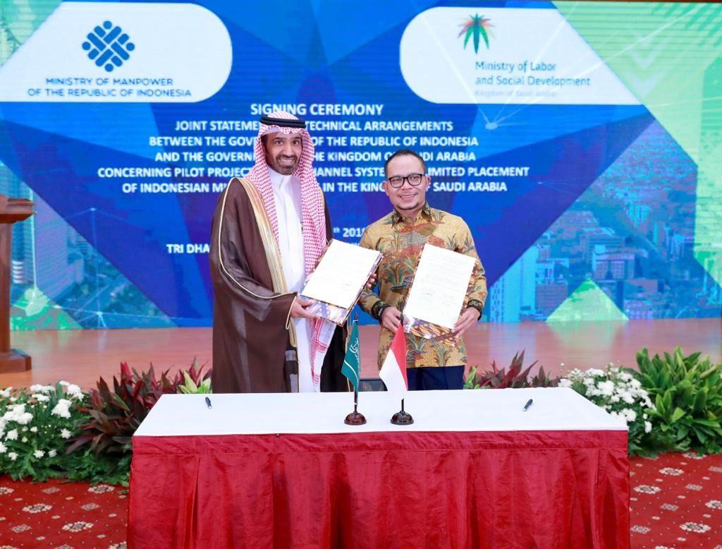 وزير العمل  يوقع مع نظيره الإندونيسي في جاكرتا اتفاقية لإعادة استقدام العمالة المنزلية الإندونيسية للعمل في المملكة