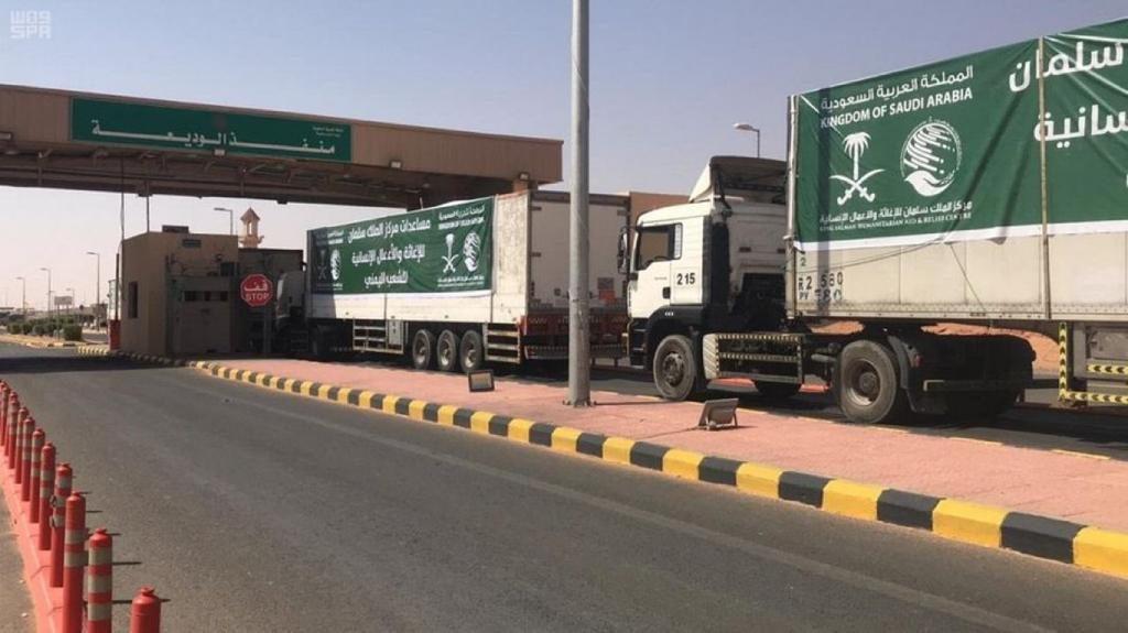 14 شاحنة محملة بمواد الإغاثة متوجهة إلى محافظة تعز لتوزيعها على المواطنين