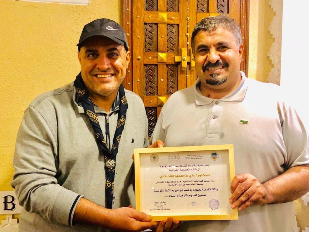 تسليم عضوية رواد كشافة المجمعة للدكتور علي القحطاني