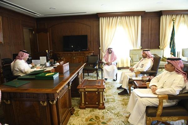 نائب أمير عسير يناقش تشغيل مشروع طائرة الإسعاف الجوي في المنطقة