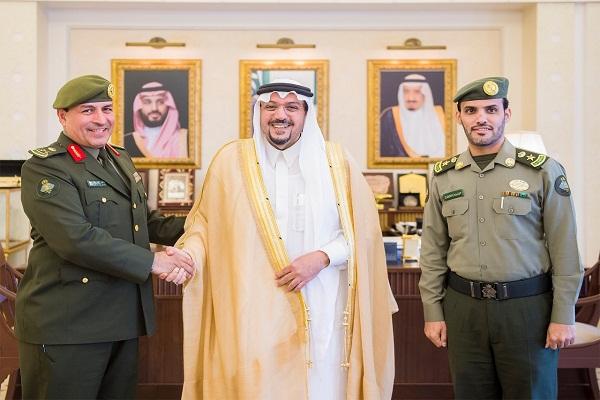 أمير القصيم يقلد مدير جوازات المنطقة رتبته الجديدة