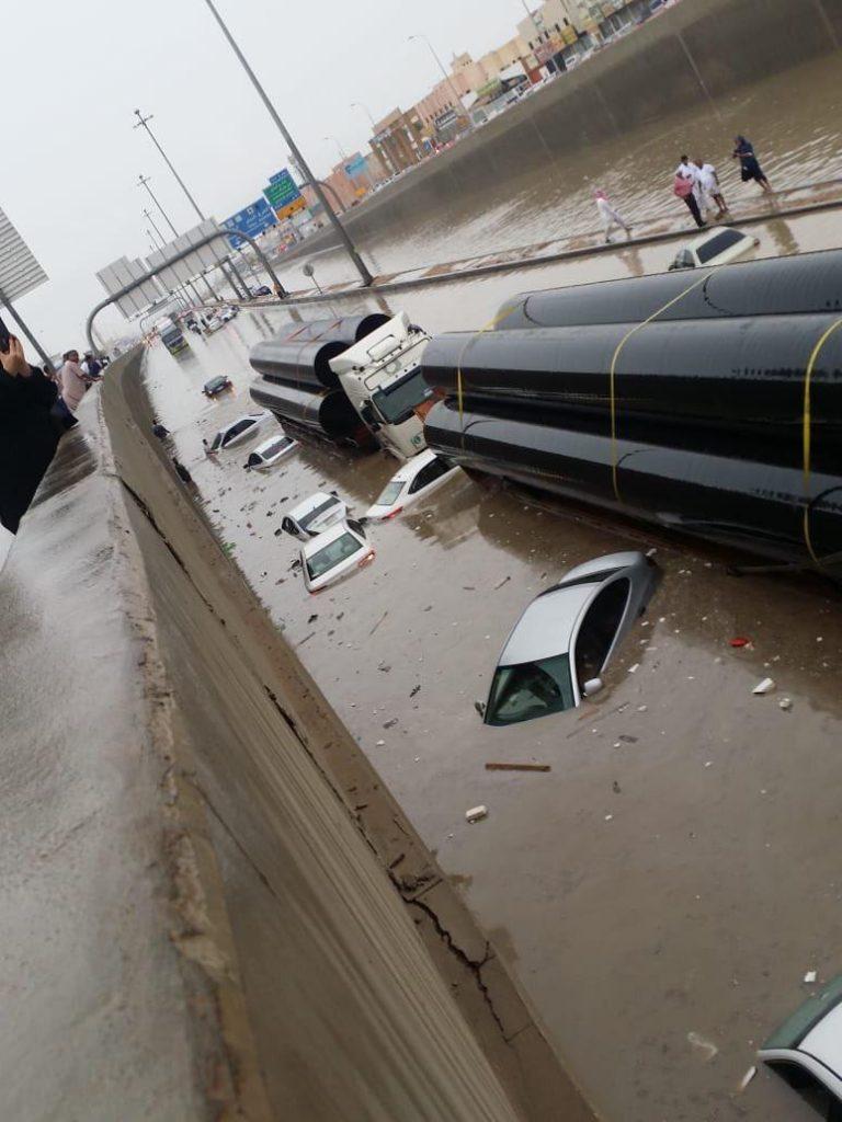 امتلأ نفق ديراب بالرياض وكبري مخرج ١٥ بالمياه بسبب الأمطار الغزيرة وسوء تصريف المياه
