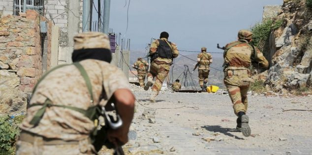 اشتباكات بين الجيش اليمني ومسلحي ميليشيات الحوثي في عدد من أحياء مدينة الحديدة