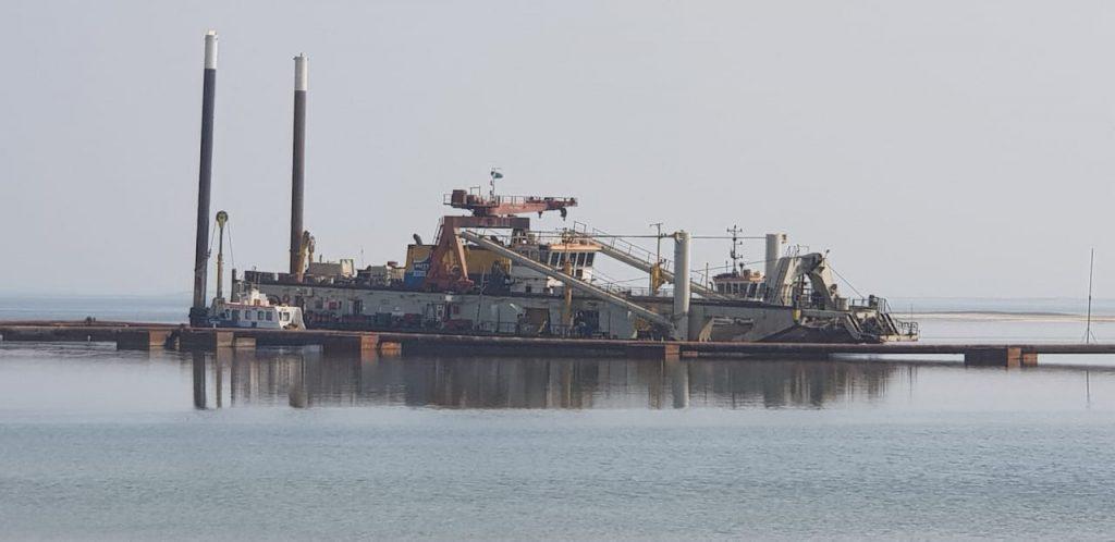 نجاة مواطنين من موت محقق جرّاء قيام شركة متعاقدة مع أرامكو بإغلاق ممر بحري بالجبيل