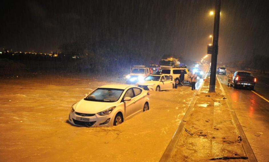 الجيش الكويتي يتدخل لمعالجة آثار موجة الأمطار الغزيرة