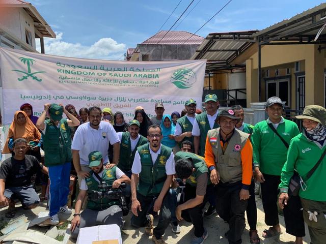مركز الملك سلمان للإغاثة يوزع السلال الغذائية والمواد الإيوائية لمنكوبي سلاويسي الإندونيسية