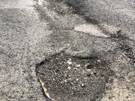 بالصور..سيول النخيل تضاعف تشققات طريق حي كحلة..والخطر يهدد مرتادي الطريق
