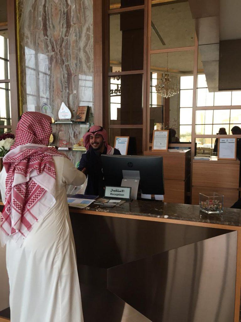السياحة تتعرف على متطلبات العاملين في الفنادق بالقصيم