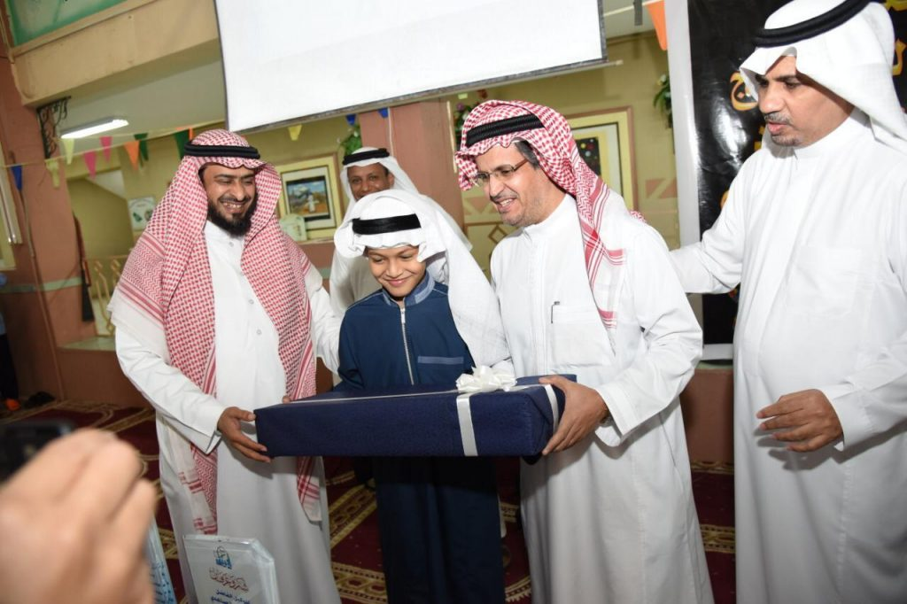 الطالب حمد الدوسري يتجاوز  التوحّد للتعليم العام.. ومدير تعليم مكة يكرمه