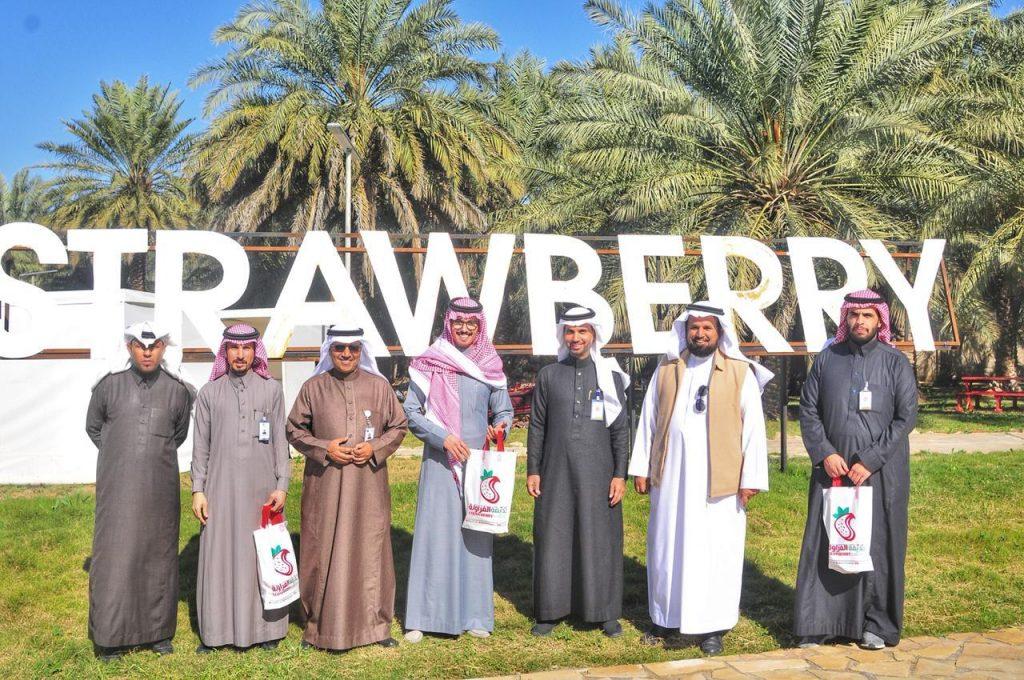 مدير عام فرع السياحة والتراث الوطني بالقصيم يزور حديقة الفراولة