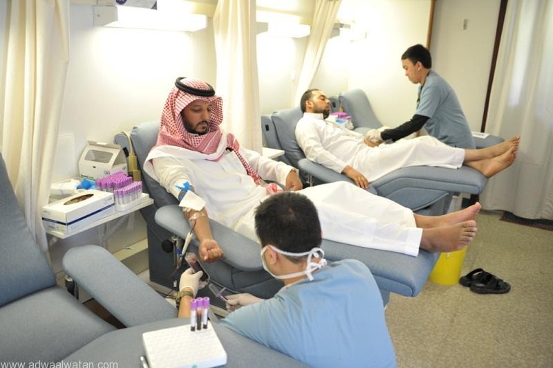 عدد من منسوبي العدل خلال تبرعهم بالدم