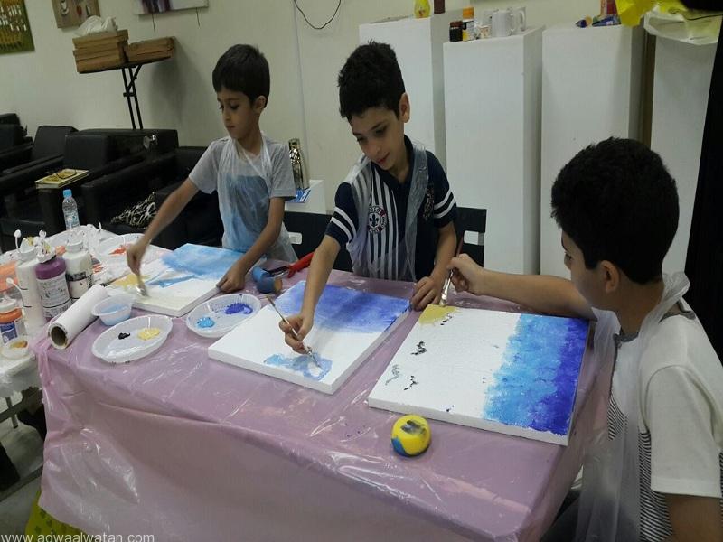 الأطفال تلقوا معلومات مفيدة عن فن الرسم والخط والألوان خلال الورشة