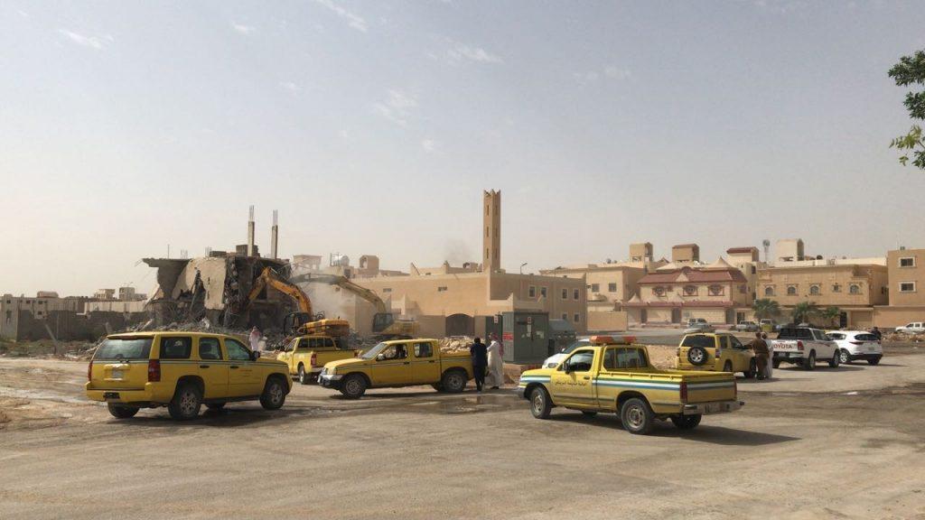 """إزالة مبنى مخالف في حي """"لبن"""" بالرياض"""