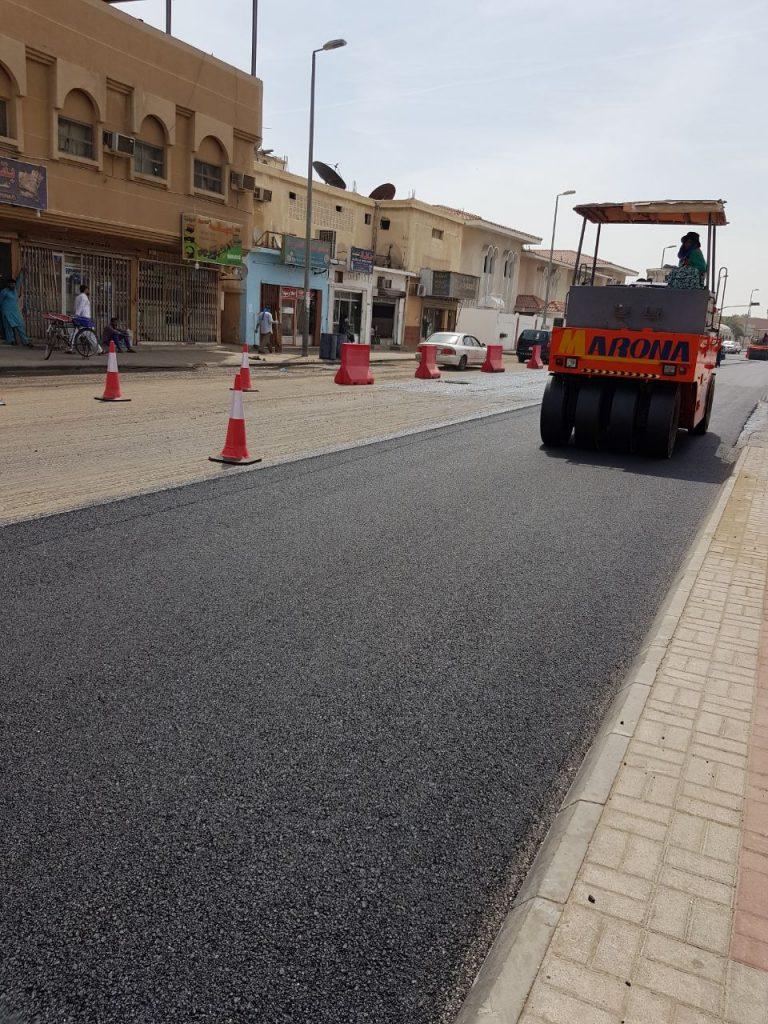 بلدية القطيف تبدأ سفلتة شارع الخيل والشرطة في عنك