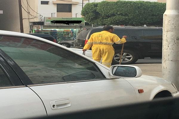 عمال النظافة من موظفين إلى متسولين بشوراع عسير