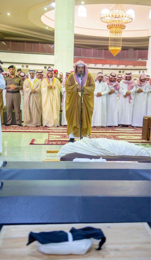 نائب أمير القصيم يؤدي الصلاة على شهيد الواجب الجندي أول عايد المظيبري